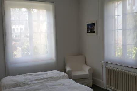 Comfortable room, 10 min. to Basel mainstation - Binningen - Hus