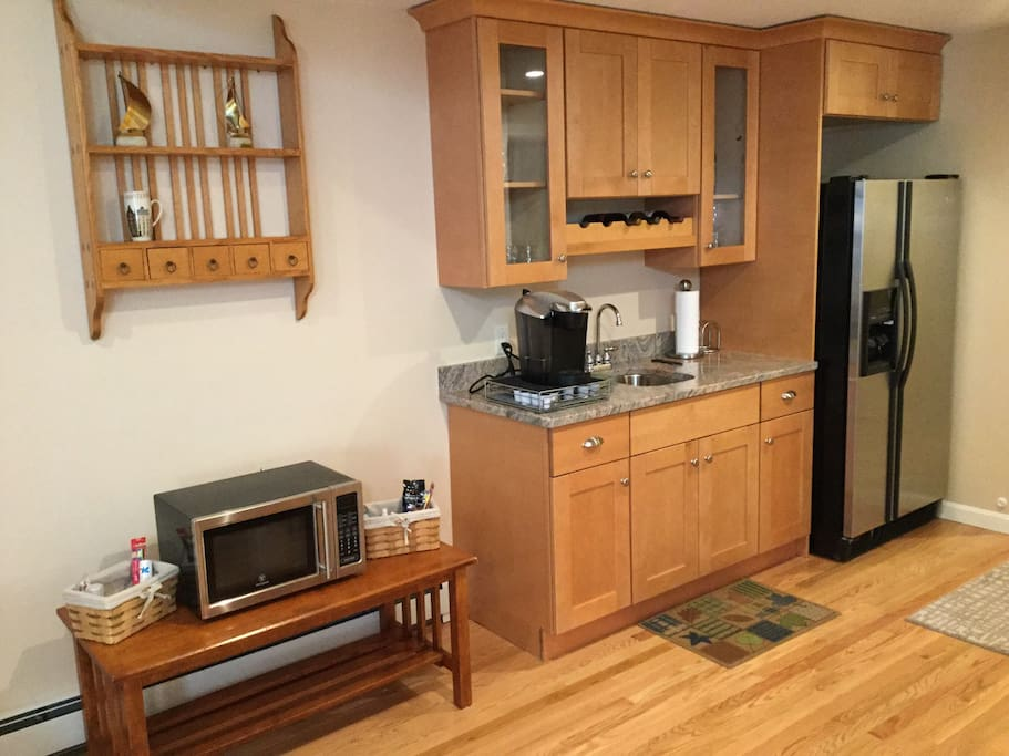 Wet bar with amenities.