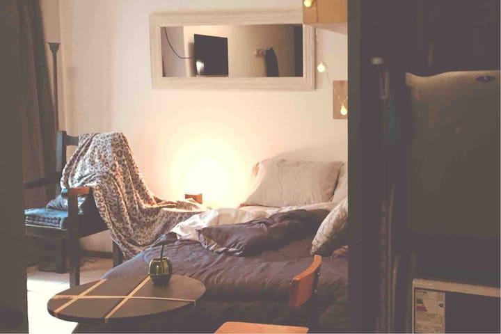 Studio equipado con aire frío/calor, smart TV, frigobar, microondas, horno eléctrico y cocina tradicional con hornallas, sábanas y toallas