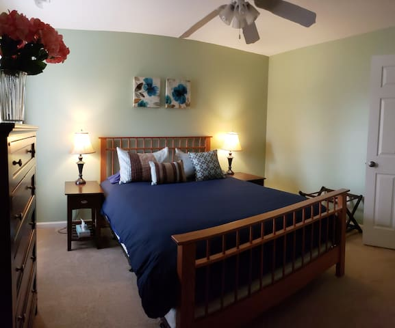 Cozy room with private bathroom in Aberdeen!