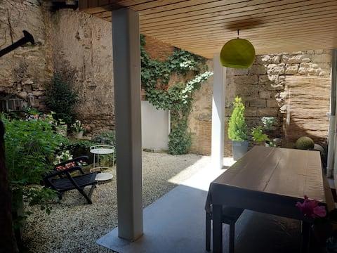 T2 avec jardin - centre d'un village médiéval