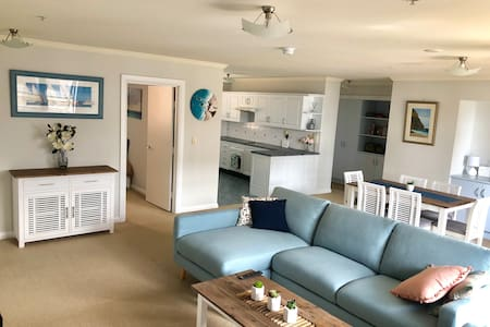 Spacious unit - minutes to the beach