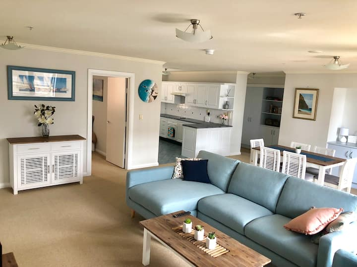 Stylish modern apartment - minutes to the beach