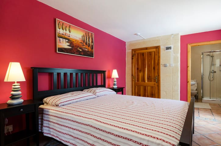 Erica - Larger Double Room with AC & TV in B&B