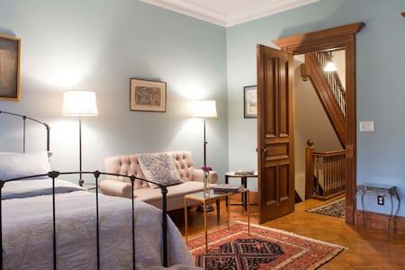 Romantic Artist's Townhouse, 1 suite: 2 Bd, 1 Bath