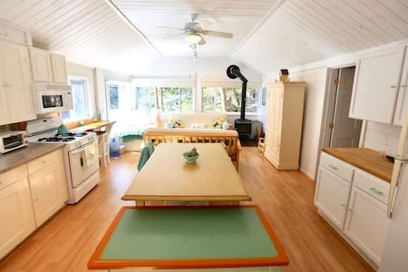 Hobie's Landing - Blissful lake side cottage -