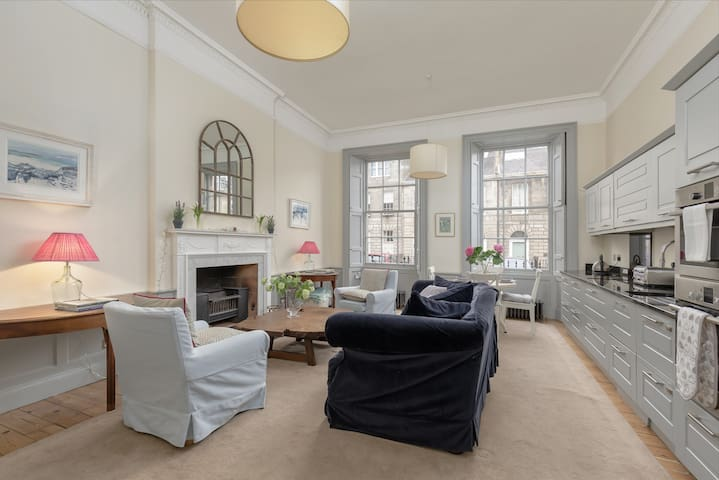 UNIQUE, LUXURIOUS AND VERY CENTRAL EDINBURGH FLAT