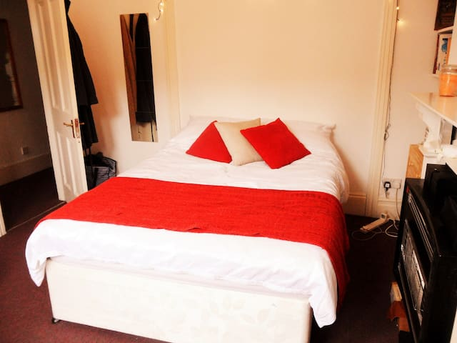 Lovely double-bed Room in north London - Londres - Casa