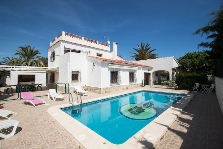 5 bedroom villa with wifi, private pool , beach