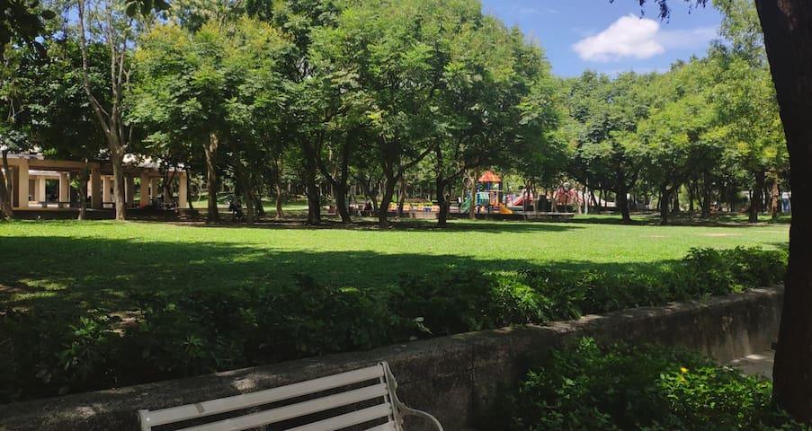 雙人床安靜空間,五分鐘到捷運站,鄰近公園 near the park and the MRT
