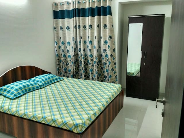 Cosy Private Room with Pool & Creek Views - Thane - Apartemen