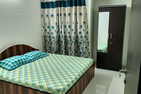Cosy Private Room with Pool & Creek Views - Thane - Wohnung