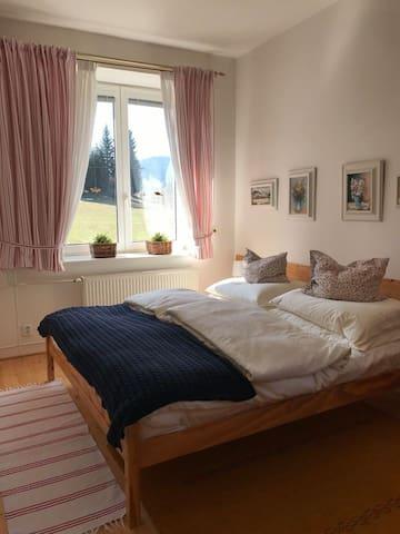 Ložnice č. 1 s dvoulůžkem má dvě okna do zahrady, můžeme dodat postýlku pro miminko