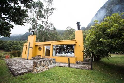 Bella cabaña entre montañas, un lugar inspirador.