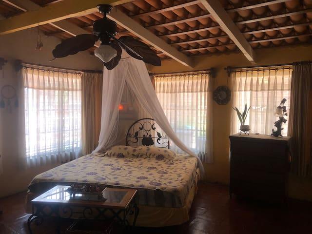 Habitación principal Loft Espacios abiertos. 1 cama king size.
