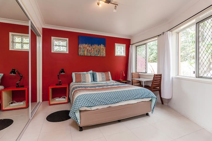 Light Airy Studio Ensuite Bedroom - West End - Apartment