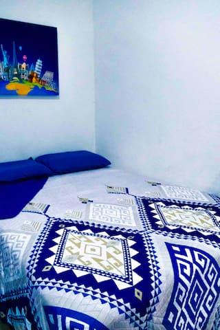 Recámara secundaria, cuenta con baño propio, cama matrimonial, colchón marca Serta para un increíble descanso, pantalla de 55 pulgadas.