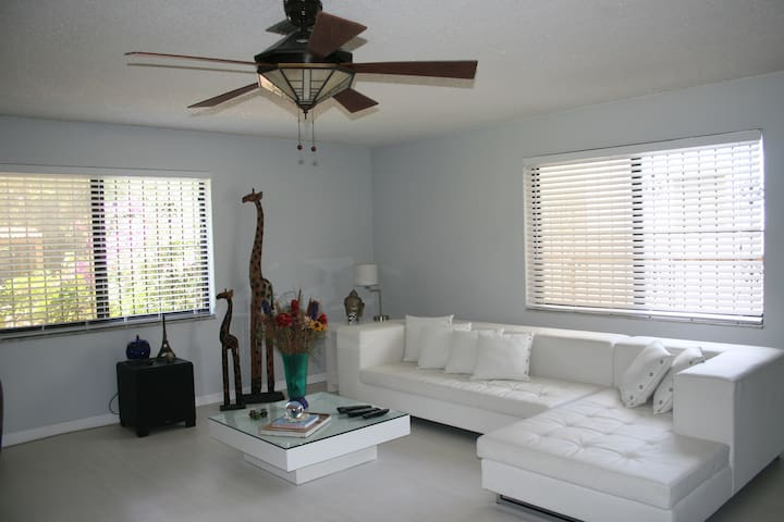 White Couch - Miami Springs - Casa
