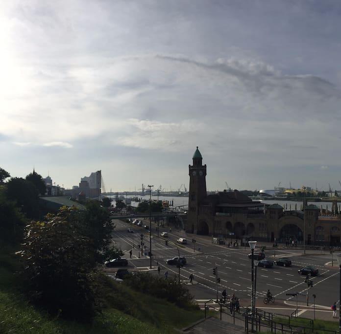 Blick über die Landungsbrücken 2 min. entfernt