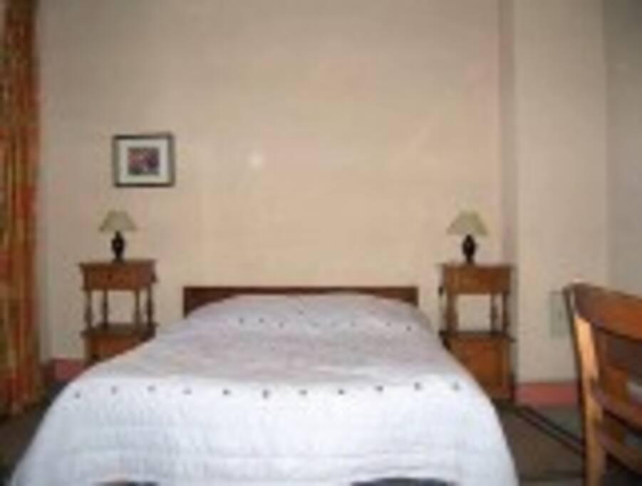 la photo rend la chambre un peu austère en réalité elle est très lumineuse et confortable