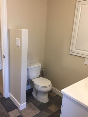 Cozy Modern Downtown Suite: close to hospital!