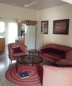 NEAR TO THE BEACH AND SHOPPING CENTRES - Accra - Dům