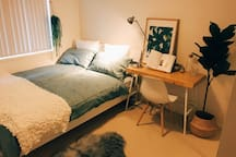 Spring Green queen bedroom 20 mins to the airport