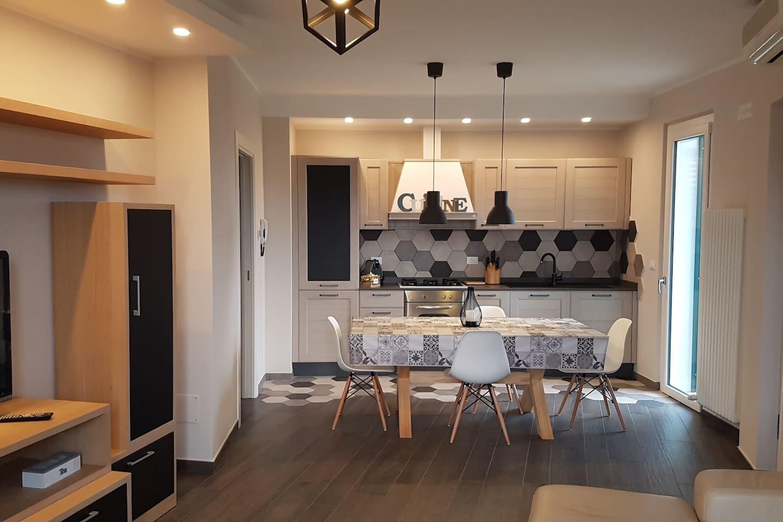 Il soggiorno, spazioso ed elegante, mobilia in legno massello e divano in vera pelle,  luci calde e soffuse. Tutto per farvi sentire a casa.