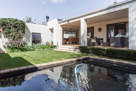 Modern garden cottage with en suite - Randburg