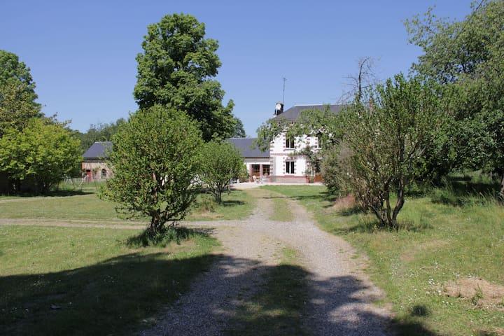 Grande maison au calme en bordure de rivière
