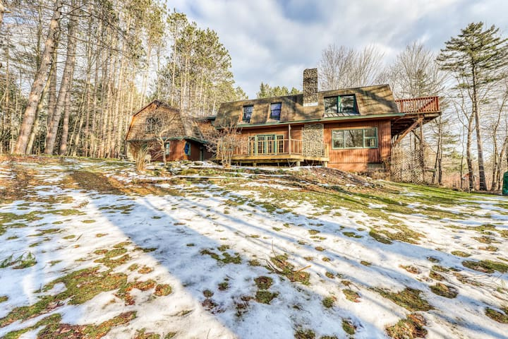 Dog-Friendly home w/ WiFi, fireplace, deck, full kitchen & more!