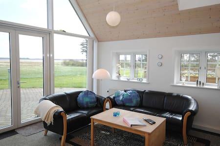 Fantastisk sommerhus med idyllisk belinggenhed - Ulfborg - Apartemen