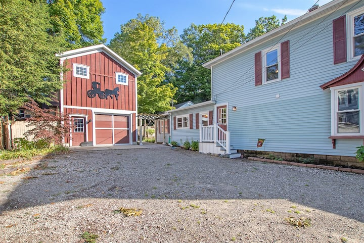 RiverWalk Stableman`s Suite: Located in the heart of downtown Saugatuck