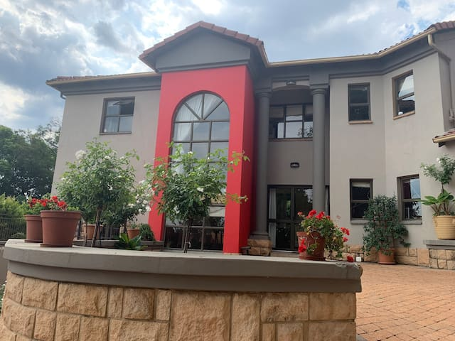 5 Minutes from ALL AMENITIES. On Waterkloof Ridge.