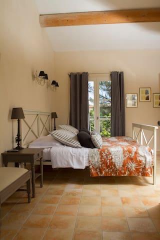 "Chambre de charme ""confort"" - Sernhac"