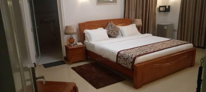 En Suite Room at Kingsbridge Royale Hotel