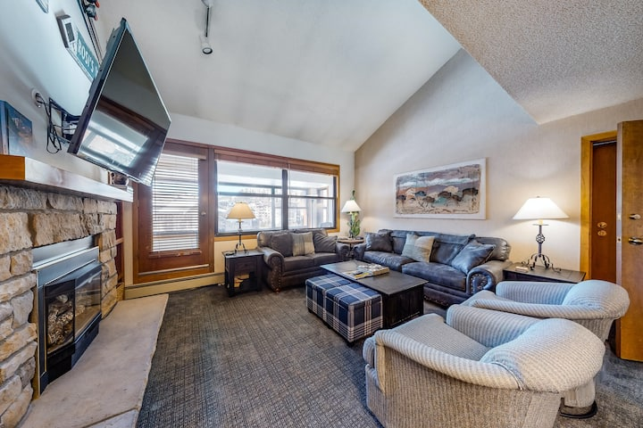 New listing! Beautifully furnished condo w/ sunroom & easy access to slopes!