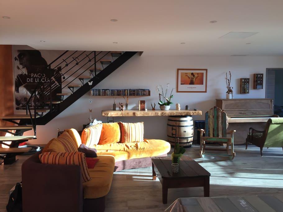 Salon, escalier menant aux chambres.