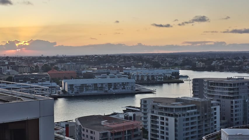 Darling Harbour view with Queen size bed