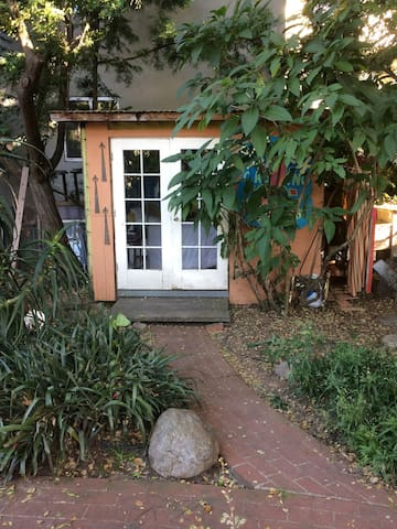 Backyard Cabin in vibrant Oakland neighborhood!