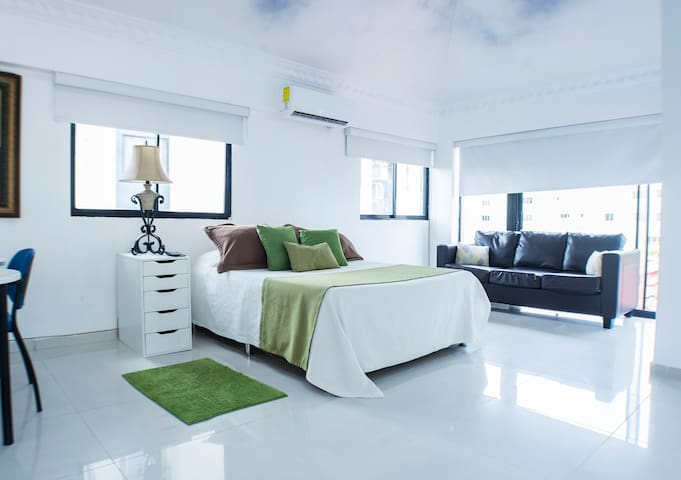 Malecon Cozy Private Rooms