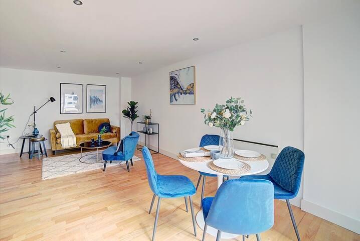 Canal view Leeds Dock 2bedroom designer flat