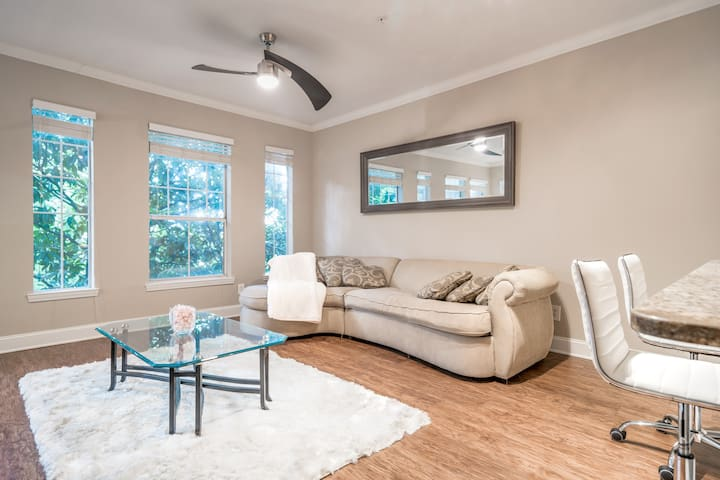"King bed, 55""TV gated parking Midtown/Buckhead"