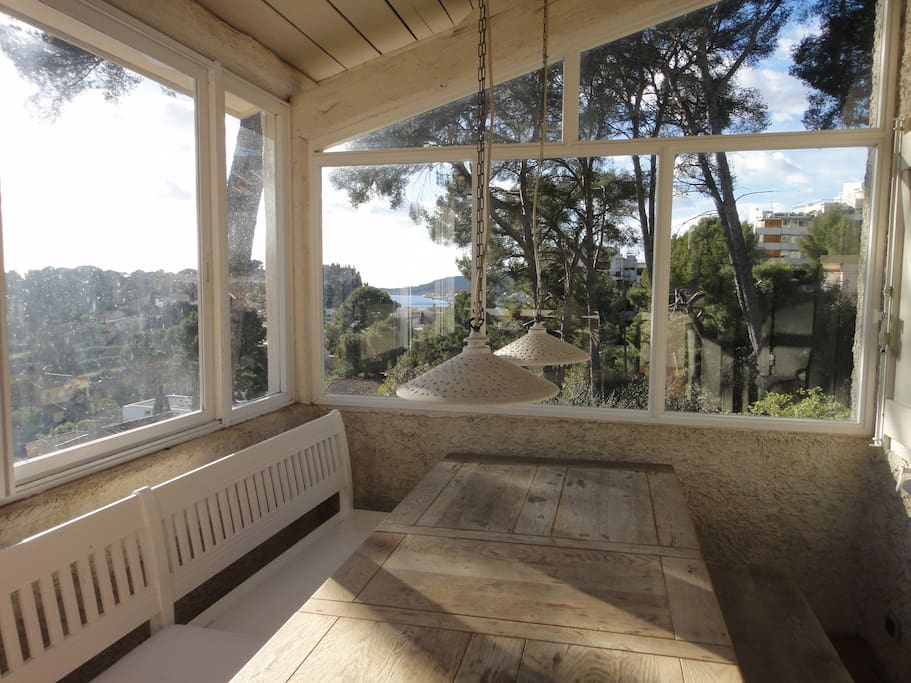 Terrasse et coin repas avec sur la mer