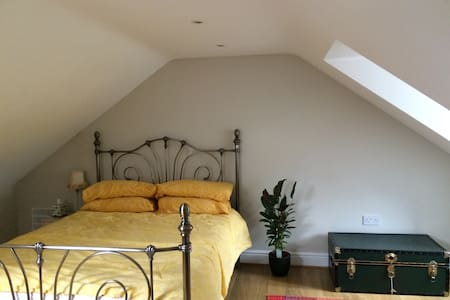 Centrally-located home - private rooms available - Ipswich - Σπίτι