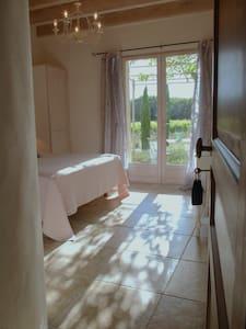Chambre Syrah avec terrasse vue sur les vignes