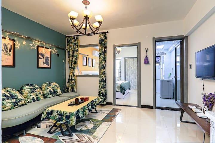 您好欢迎来到宿宿的花花世界,55平的一居室精美公寓,会使您的旅途更出彩