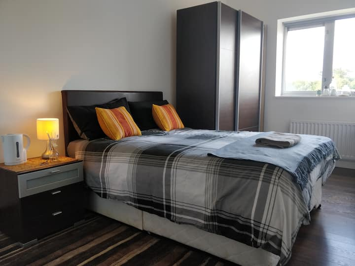Private room in a flat,5 mins drive to city center