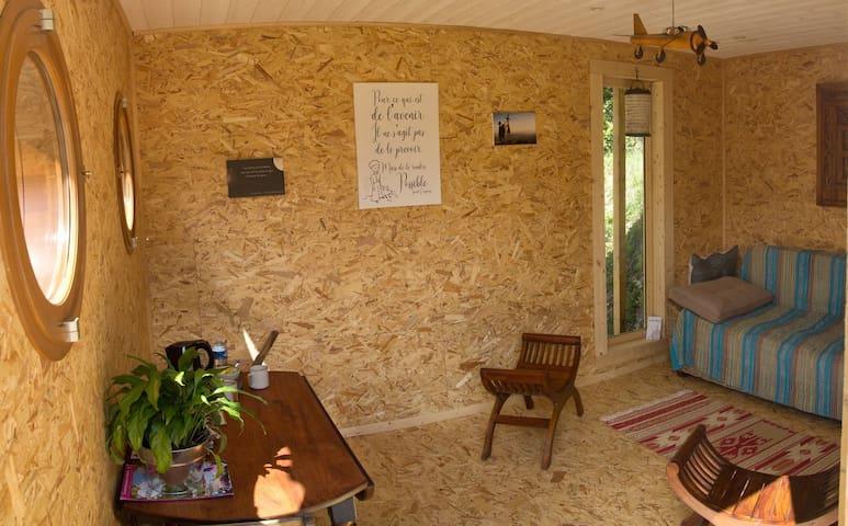Salon confortable décoré sur le thème du Petit Prince et avec canapé convertible pour 2 personnes
