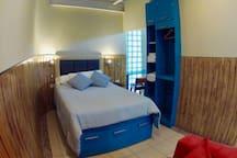 Dormitorio, cama queen, puertos usb 2.5V en ambos lados.